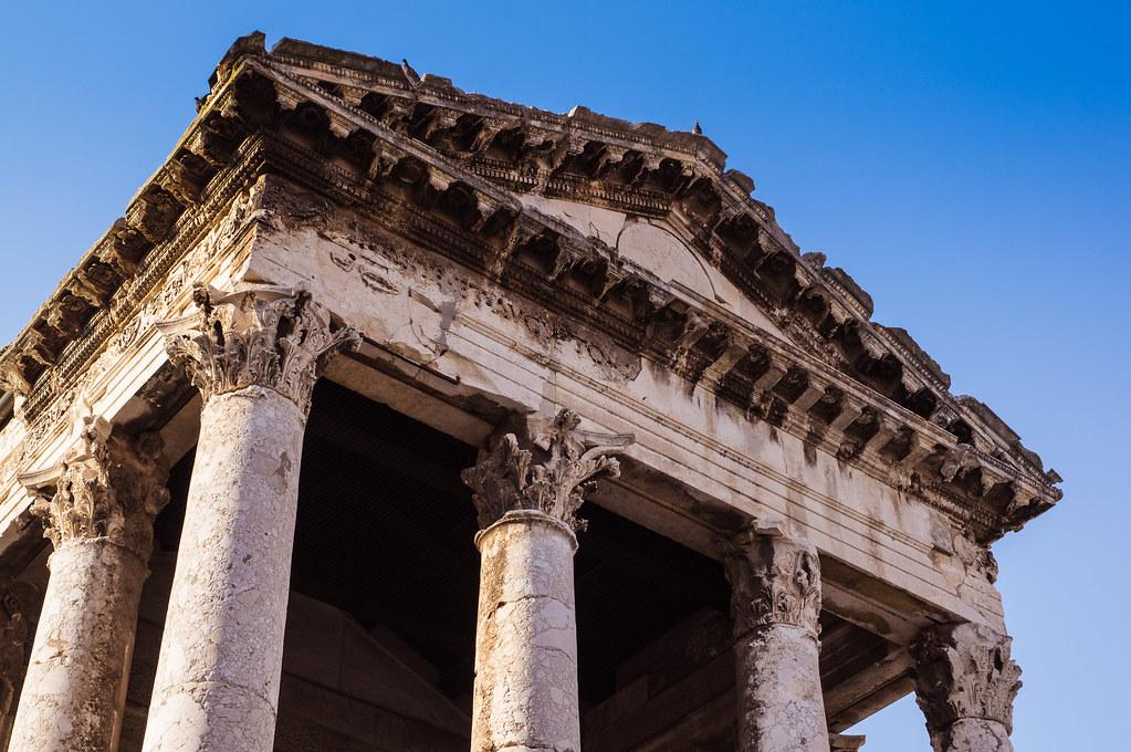 Detalle del Templo de Augusto de Pula, por Дмитрий Левин