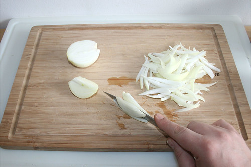 12 - Zwiebeln in Spalten schneiden / Cut onions