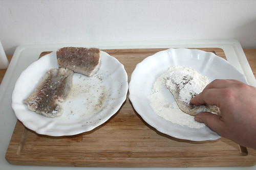 24 - Seelachs in Mehl wenden / Turn coalfish in flour