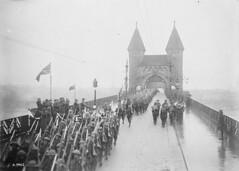 The 22nd (French Canadian) Battalion crossing the Rhine at Bonn / Le 22e Bataillon (canadien français) traverse le Rhin à Bonn