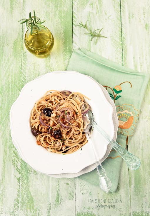 Spaghetti integrali con cipolle, olive e rosmarino