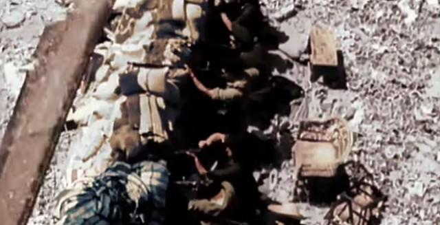Barricada en la Cuesta de las Armas vista desde un balcón. Captura de un vídeo real a color de la Guerra Civil en Toledo en el verano de 1936
