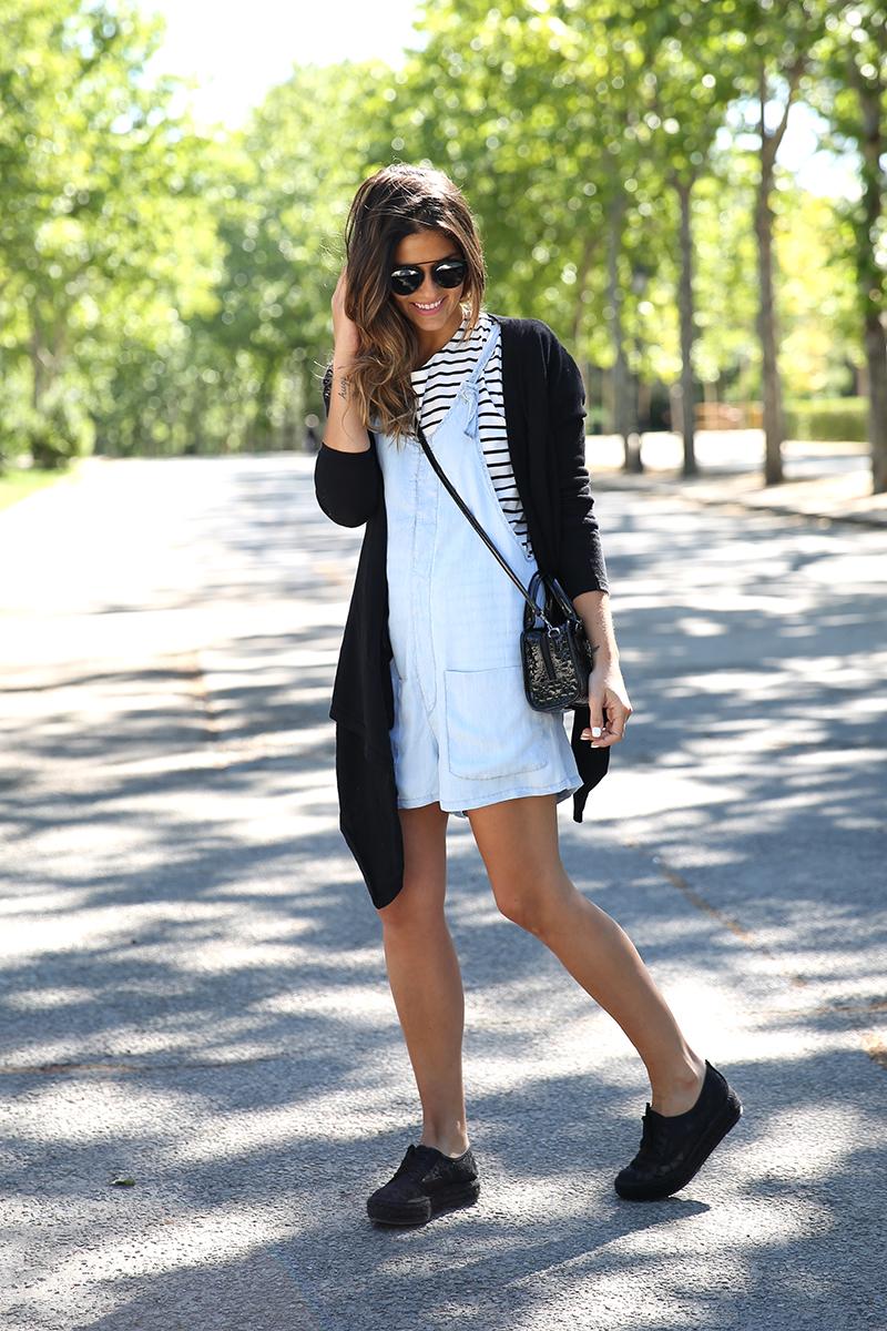 trendy_taste-look-outfit-street_style-ootd-blog-blogger-fashion_spain-vaquero_claro-peto_vaquero-tirantes-striped_tee-camiseta_rayas-marinero-dior_sunnies-gaimo-17