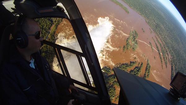 Dejando a la izquierda la garganta del diablo en Iguazú