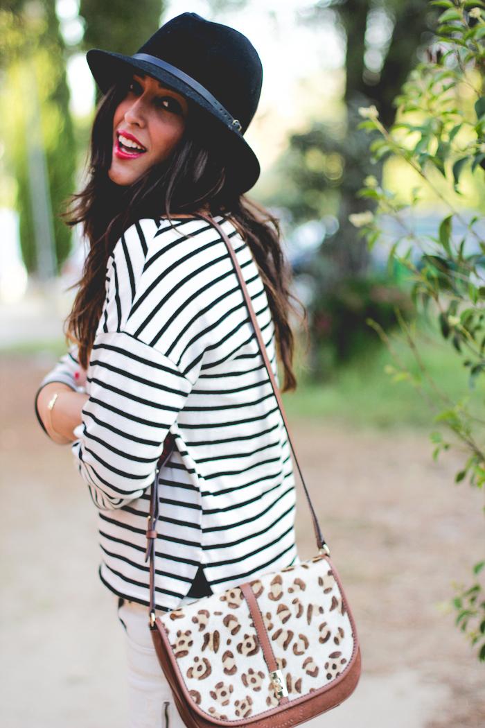 look casual del blog de moda sentadaenprimerafila estilo francés con mini falda vaquera y jersey de rayas