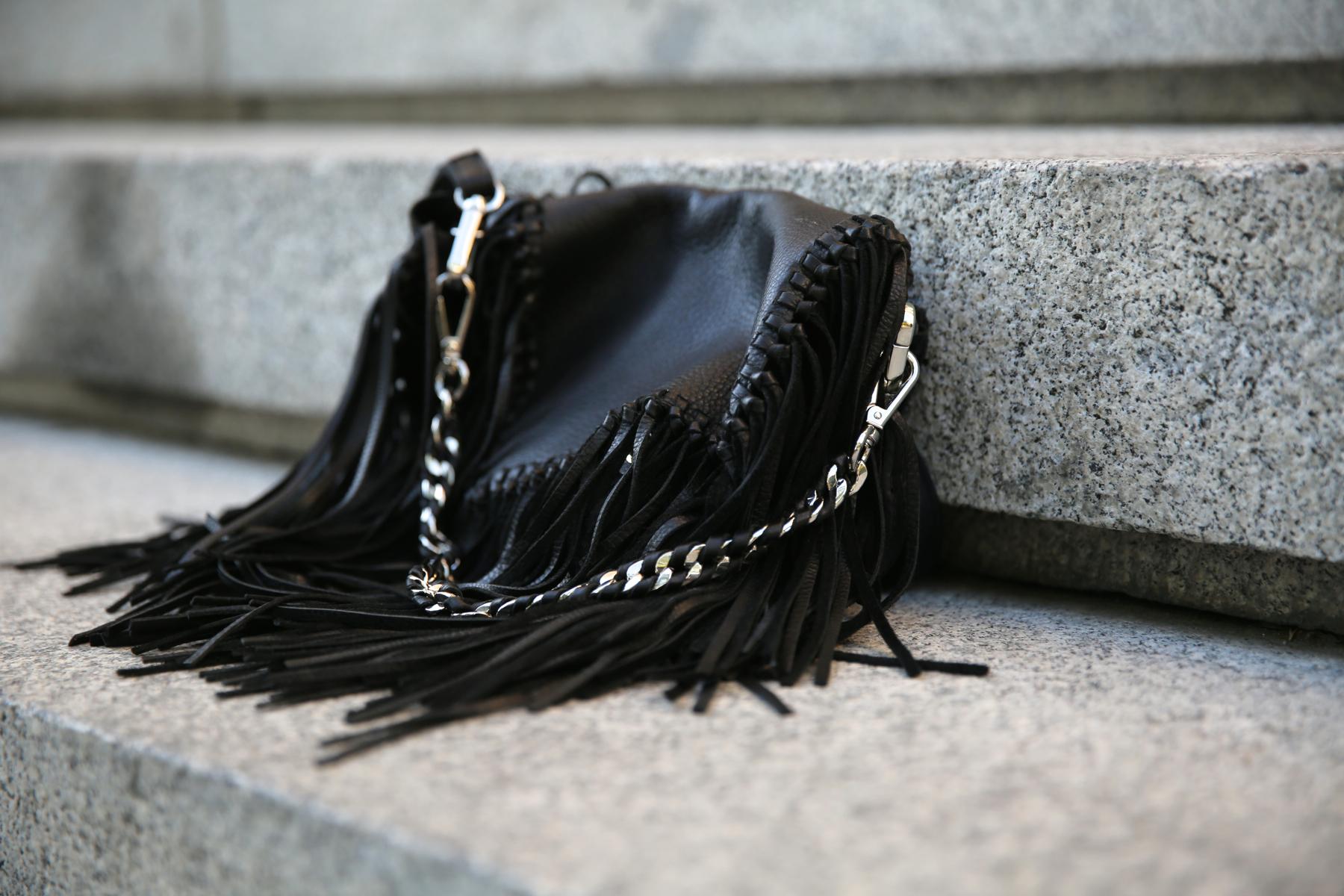 trendy_taste-look-outfit-street_style-ootd-blog-blogger-fashion_spain-moda_españa-animal_print-boho-casual-falda-skirt-black_booties-botines_negros-jeffrey_campbell-zara-bolso_flecos-vintage-4