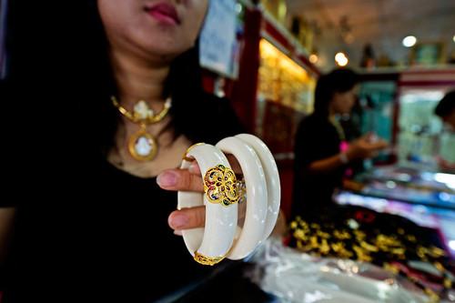 泰國Phrachan市場販售的象牙手環。(來源:WWF-Canon / James Morgan)