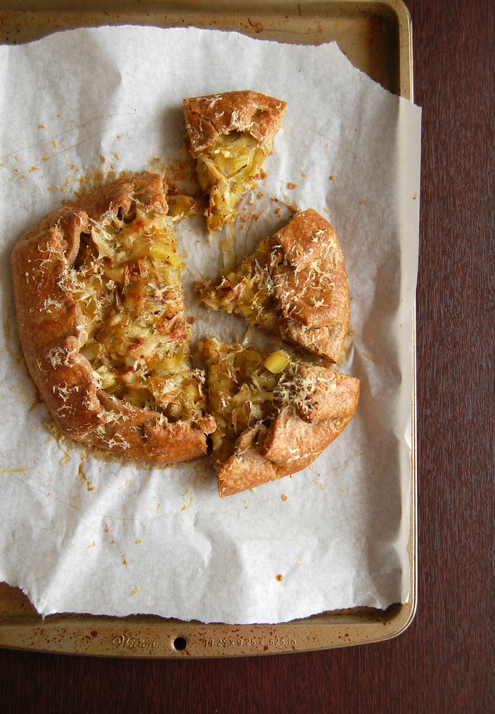 Leek and cheese galette (with rye pastry) / Galette de alho-poró e queijo (com massa de centeio)