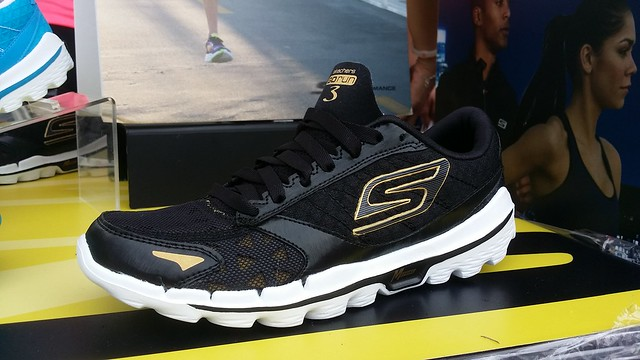 Skechers Gorun 3 in Back & Gold.