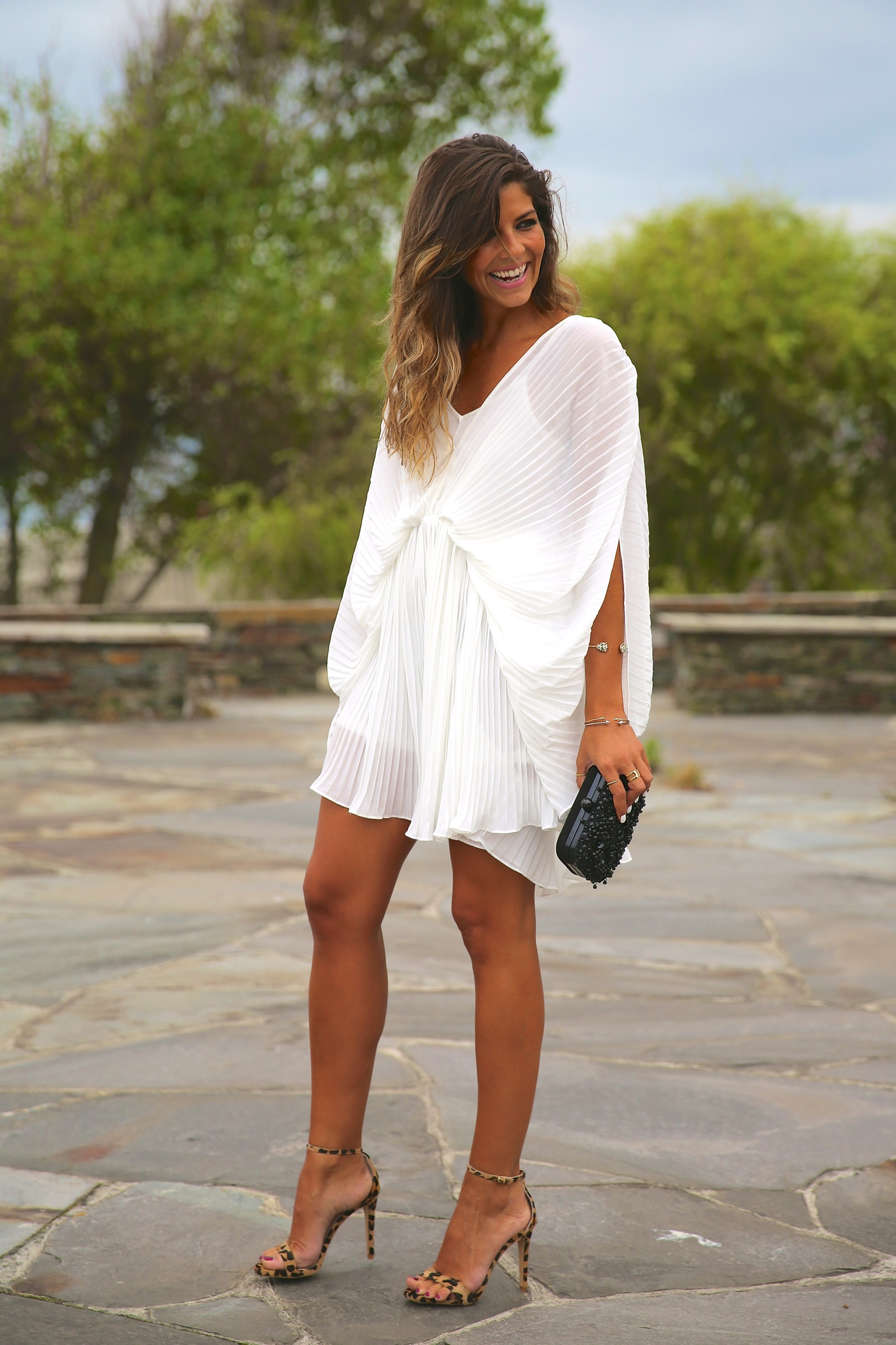trendy_taste-look-outfit-street_style-fashion_spain-moda_españa-blog-blogger-vestido_blanco-white_dress-müic-jewels-joyas-leo_sandals-sandalias_leopardo-clutch_pedreria-14