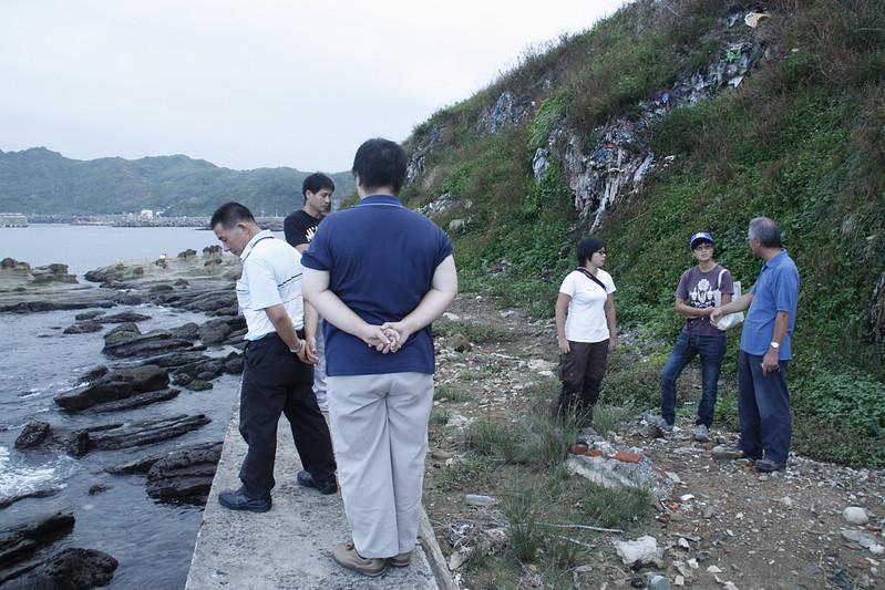海科館、環保局、環資成員會勘海堤上的垃圾山。攝影:洪郁婷