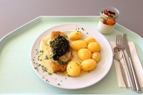 Lachs mit Blattspinat in Erstragonsauce / Coalfish with spinach inestragon sauce