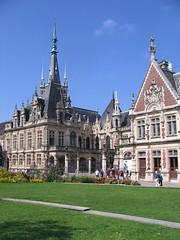 estate(0.0), town square(0.0), town(1.0), building(1.0), tourism(1.0), palace(1.0), landmark(1.0), church(1.0),