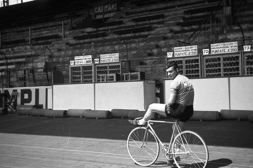 Ferdinando Terruzzi come andare in modo diverso in bici Aprile 1958 Vigorelli (foto inviata dal sig. Gianni Aquili)