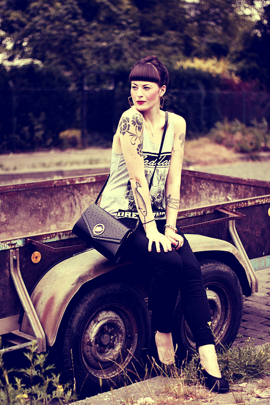 CASUAL_OUTFIT_BERLIN_NEUKOELLN_BLOG_BLACK_JEANS_H&M_BAG_VINTAGE_PUMPS_PRIMARK_SHIRT_PINUP_PONY_DUTT_MAKEUP_VIOROSIE_TATTOOS