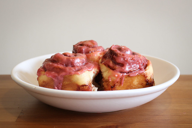 Strawberries and Cream Cinnamon Rolls | via HeartofHomemade.com