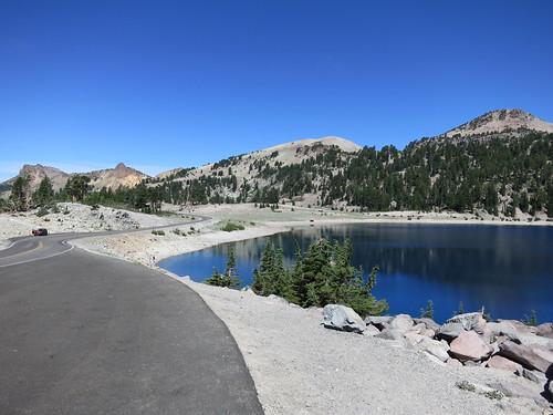 Un lac avec une route