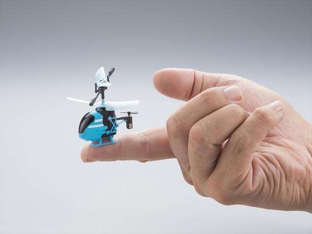 更新世界記錄!史上最迷你、可停在手指上的遙控直昇機~
