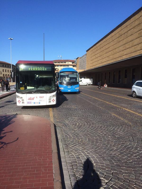 サンタマリアノベッラ駅前のバス停の一つ