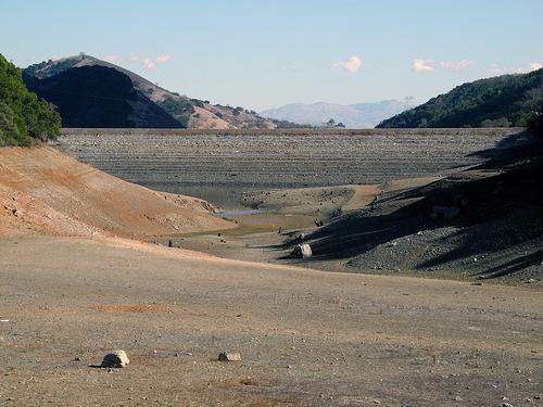 2014年2月美國加州的水庫,水位低於正常值。(來源:Ian Abbott)