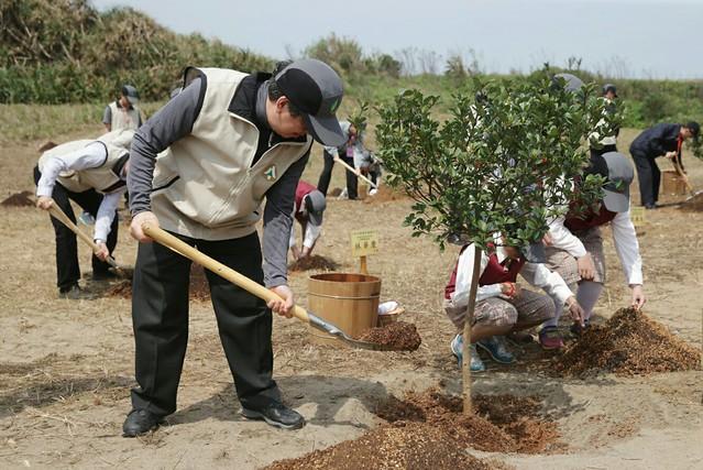 03.12 副總統出席「植樹節中樞植樹活動」,並親自種植樹苗