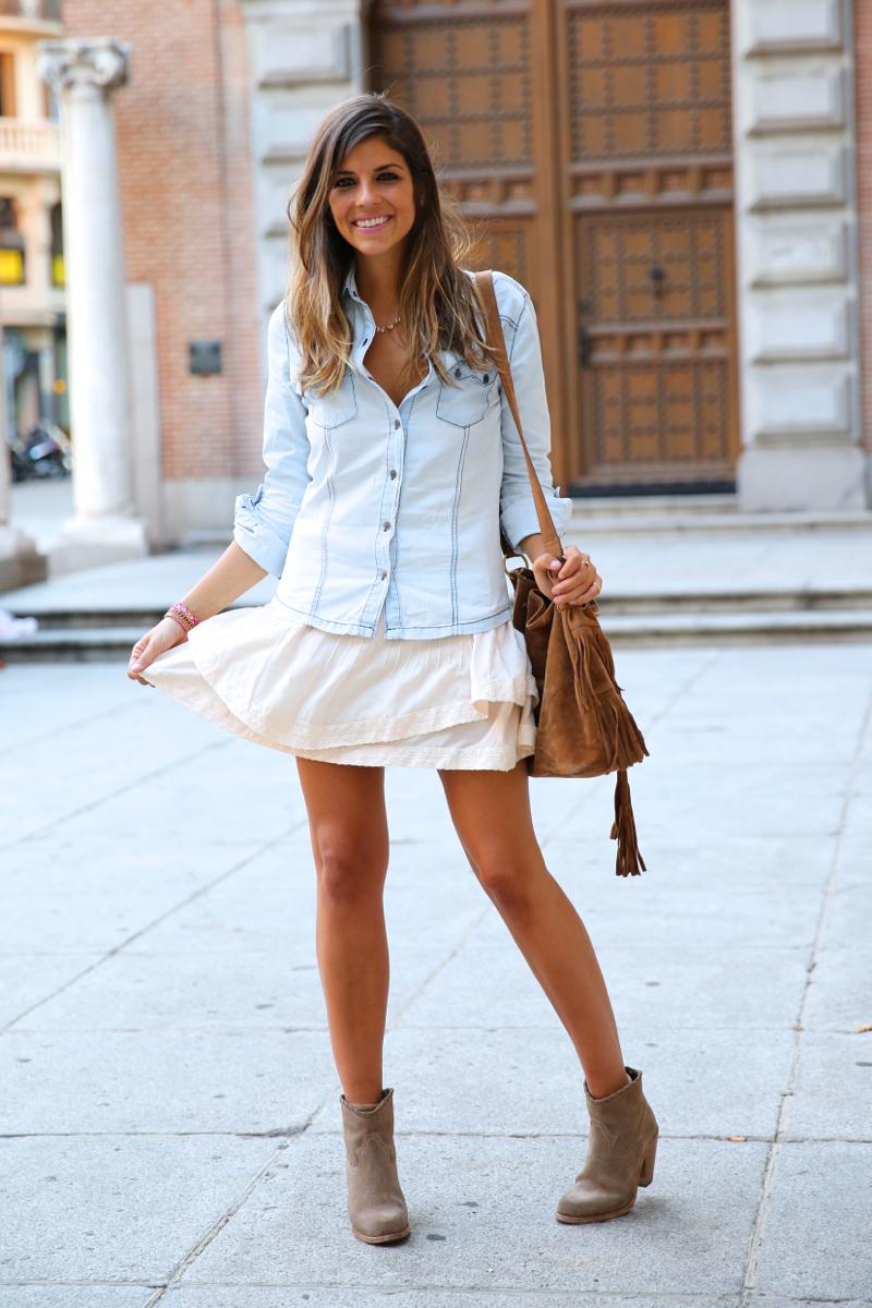 trendy_taste-look-outfit-street_style-denim-blog-blogger-fashion_spain-moda_españa-botines_camperos-it_shoes-cowboy_booties-skirt-falda-bolso_flecos-fringes_bag-camisa_vaquera-denim_shirt-12