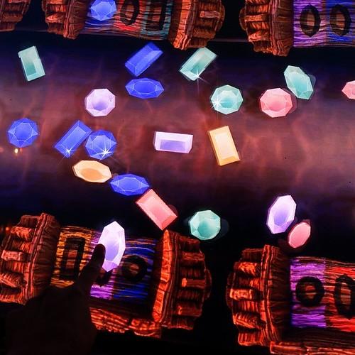 流れてくる宝石を、形と色を合わせてドラッグ。