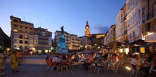 Plaza de la Virgen Blanca, de noche.