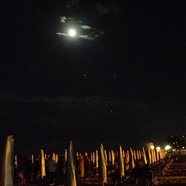 La luna, le lanterne e i fuochi d'artificio di San Lorenzo #ig_forlicesena #igersfc #viaggioinromagna #giriingiro #ig_emiliaromagna #igersemiliaromagna #igersforli #sanlorenzo#lidodelsavio #mare #sea #summer #estate