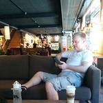 Dricker morgonkaffe (med @basic70) på #EspressoHouse i #Skellefteå - stooor lokal vid gågata mitt i shoppingdistriktet, nära det som ser ut att kunna heta Stortorget/Stora torget. Inte nog med det här rymliga  gatuplanet - det är lika stort en trappa upp.