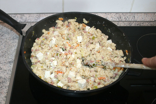 42 - Feta unterheben & anschmelzen lassen / Stir in feta and let it melt a bit