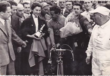 Alessandro Fantini premiato dopo la tappa del Giro 1955 Savona-Acqui Terme (foto inviata da Tullio, figlio della signora che premia Fantini)