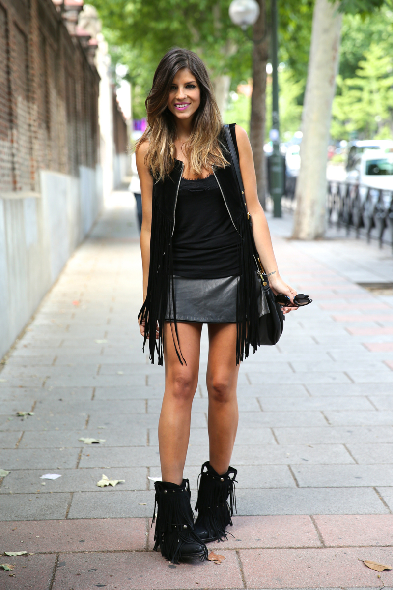 trendy_taste-look-outfit-street_style-ootd-blog-blogger-fashion_spain-moda_españa-fringes_booties-botines_flecos-sendra-chaleco_flecos-fringes_jacket-marc_jacobs-cowboy_booties-botines_camperos_negros-7