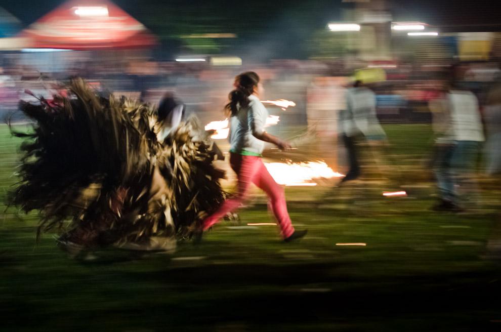 Jóvenes se divierten actuando en la representación del rapto de doncellas por parte de los Guaicurúes, en las fiestas por el día de San Pedro y San Pablo, en la localidad de Itaguazú, distrito de Altos, departamento de Cordillera. (Elton Núñez)