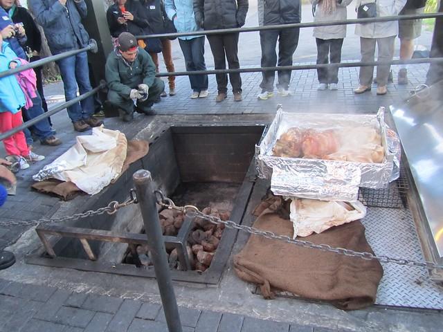 Comida Hangi hecha con piedras calientes durante horas