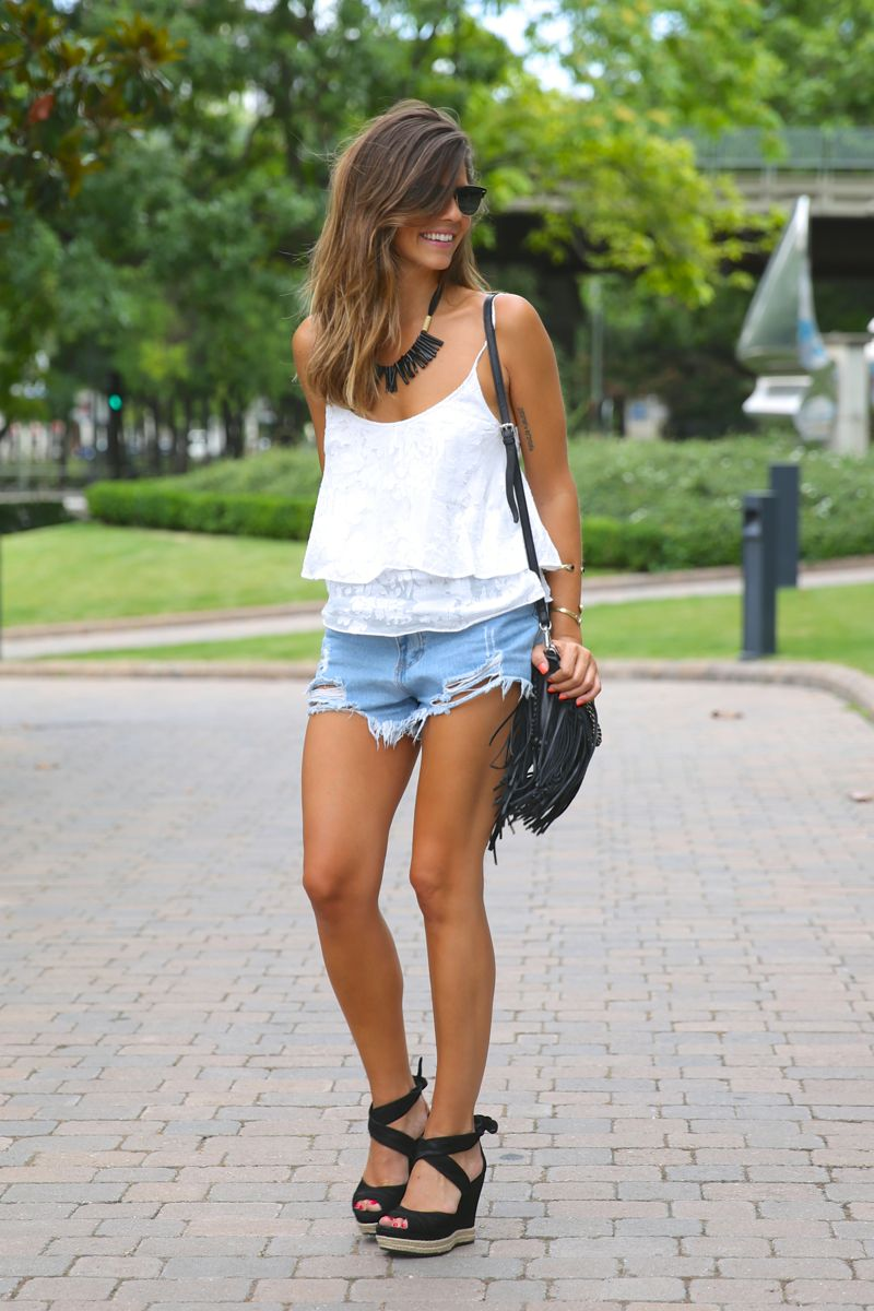 trendy_taste-look-outfit-street_style-ootd-blog-blogger-fashion_spain-moda_españa-fringed_bag-bolso_flecos-sandalias-verano-summer_sandals-ugg_australia-denim_shorts-shorts_vaqueros-oversize-10
