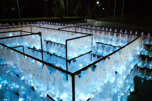 就地取材瓶裝水 波蘭藝術節出現「塑膠迷宮」