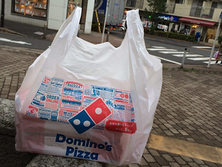 宅配ピザをお持ち帰り