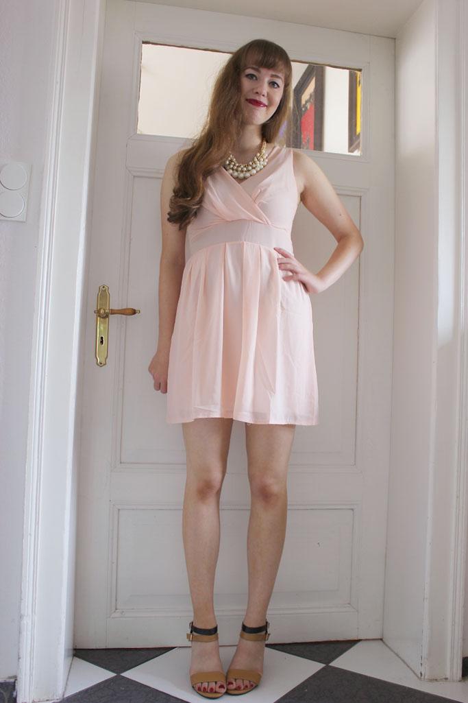 Kleid und High Heels Outfit - Statementkette Perlen Zara Blogger - Statementkette günstig