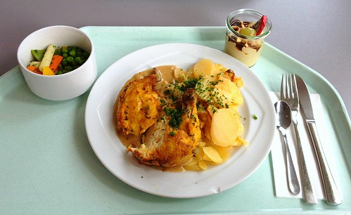 Poulardenbrust mit Pfifferlingsauce & Kartoffelgratin / Poulard breast with chanterelle sauce & potato gratin
