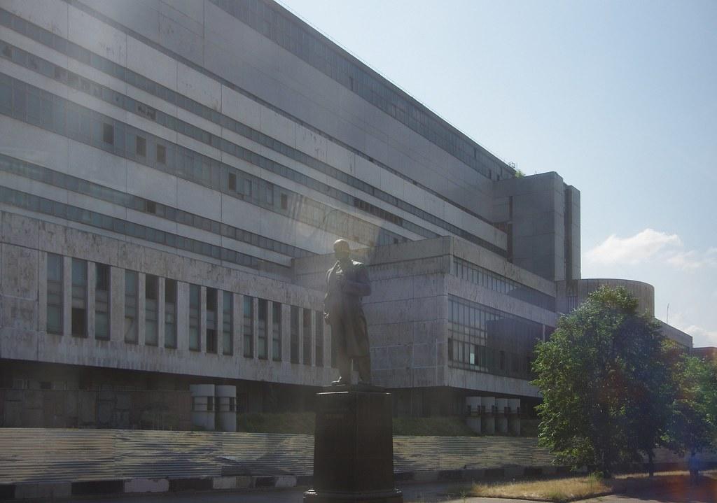 Памятник Ленину и один из цехов ЗИЛа, планируемый к перестройке в культурный центр