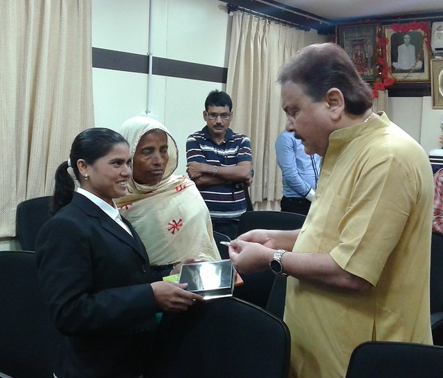 Sakina_khatun_and_her_mother_Noorjahan_Bibi_met_with_WB_sports_minister_madan_Mitra_on_7_aug_14