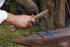Le forgeron, fabrique des outils