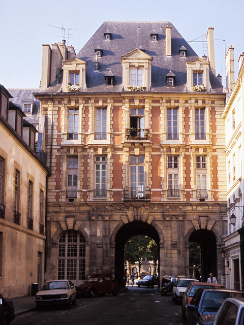 Entrada a la Place des Vosges por la rue de Birague