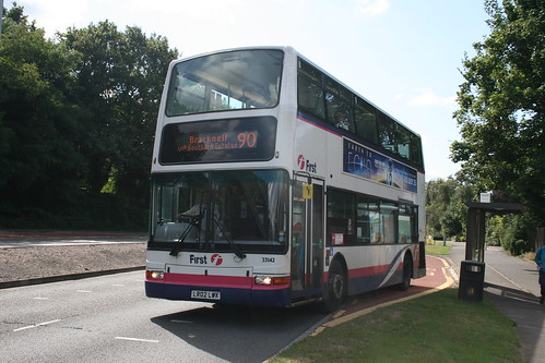 First Beeline 33142 on Route 90 via Southern Estates, Bracknell Leisure Centre