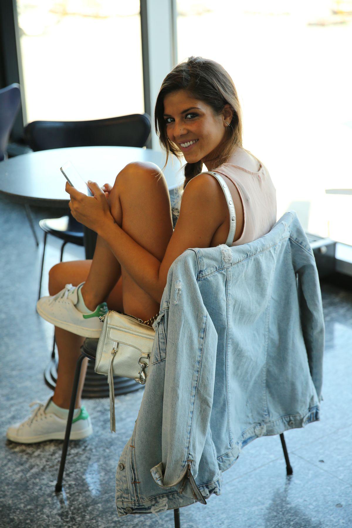 trendy_taste-look-outfit-street_style-ootd-blog-blogger-fashion_spain-moda_españa-traveling-viaje-frankfurt-stan_smith-adidas-lentejuelas-top-denim-shorts-vaqueros_rotos-20