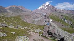 Droga do stacji meteo (Bethlemi Hut 3680m).  W tle szczyt Kazbek 5043m.