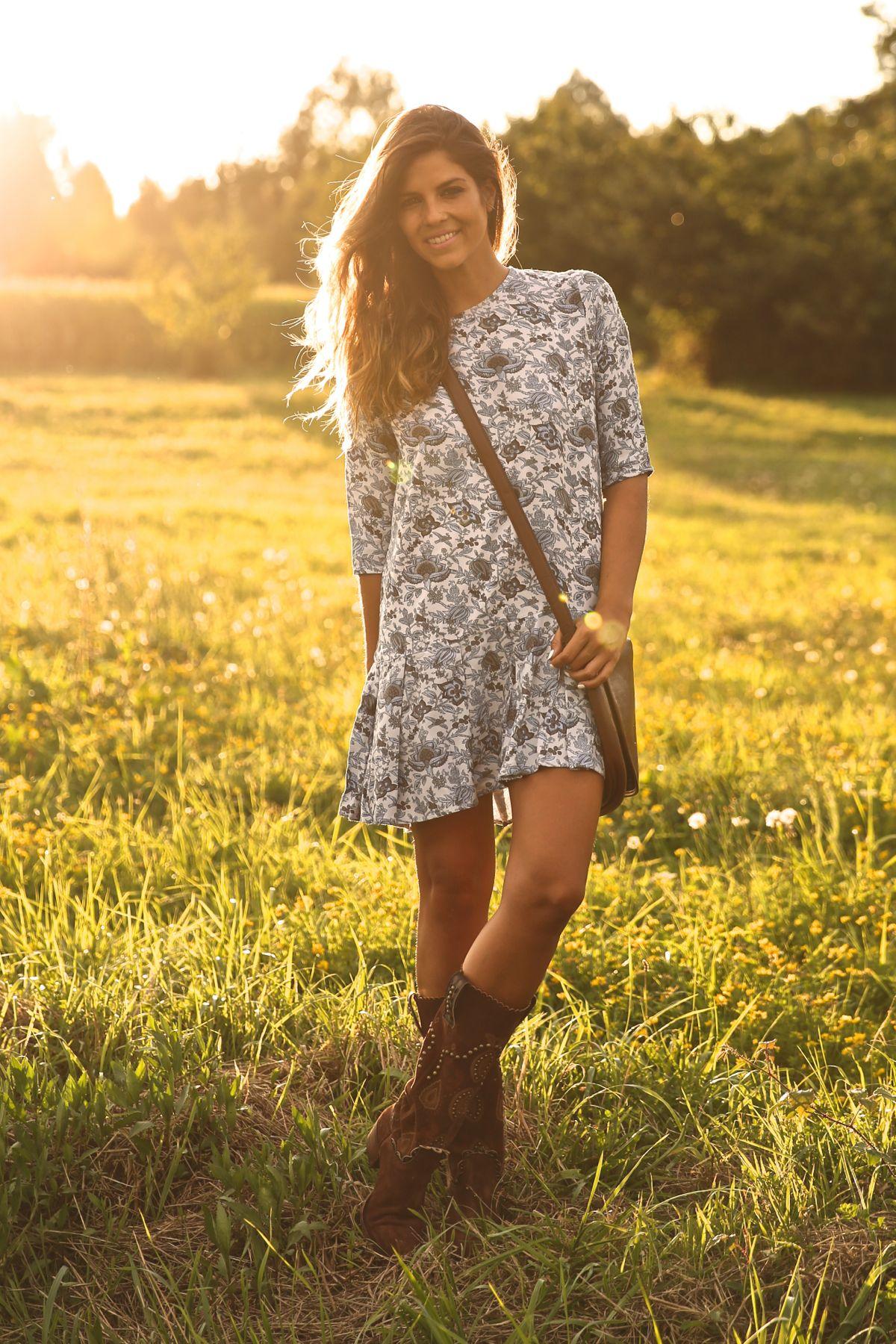 trendy_taste-look-outfit-street_style-ootd-blog-blogger-fashion_spain-moda_españa-cowboy-campero-sendra-cowboy_boots-botas_camperas-loewe-bag-bolso-vestido_flores-flower_print-dress-7