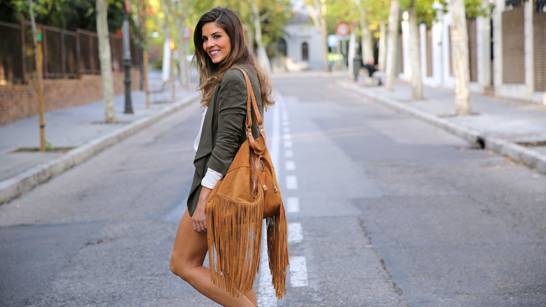 trendy_taste-look-outfit-street_style-ootd-blog-blogger-fashion_spain-moda_españa-boho-hippie-flecos-botines_camperos-cowboy_booties-mochila-backpack-blusa-camisa-denim-shorts-vaqueros-10