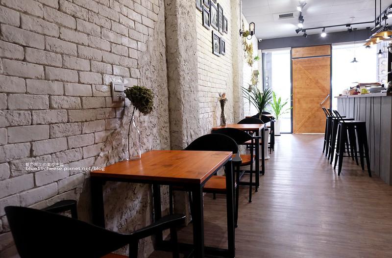 33190224150 163cea1d3c c - Frini Cafe-乾燥花咖啡館結合簡約工業風.早上就吃的到鬆餅甜點喝的到咖啡.近澄清醫院.中港新城公車站旁.中科商圈